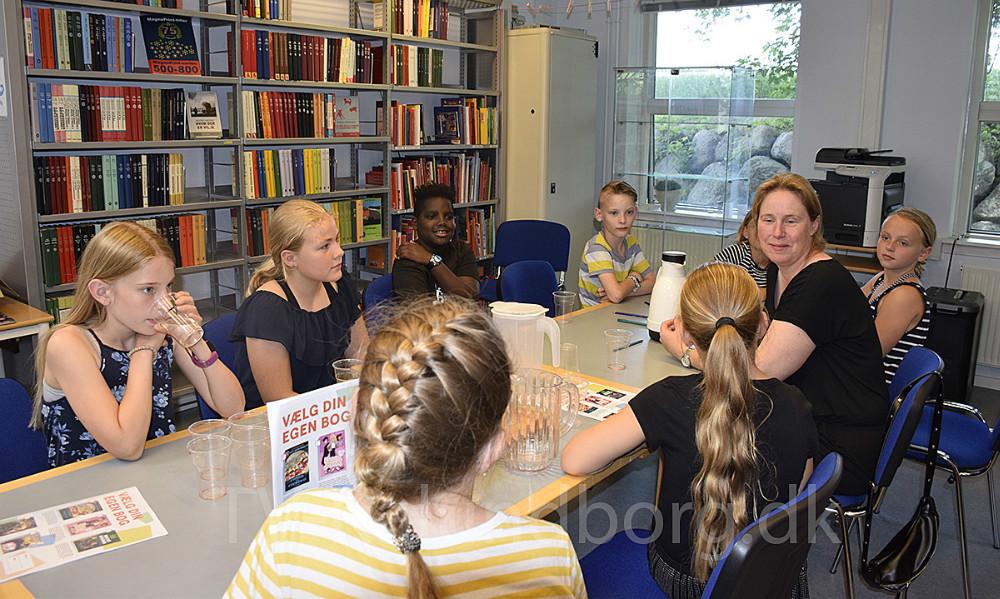 Signe Staunshøj Larsen har netop fået overrakten pris for sin historie. Det fejrer hun på Ubby Bibliotek sammen med sin klasse - 4. klasse fra Ubby Fri- og Efterskole.