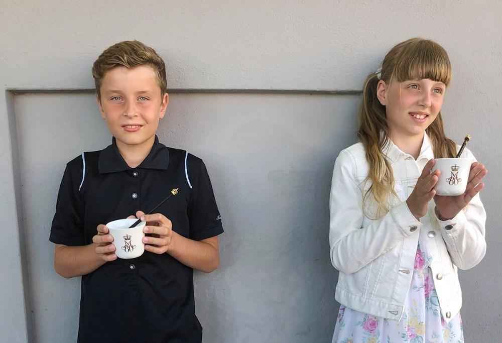 Noah Bückner Schou og Flora Olivia Rex Nissen med gaven fra H.M. Dronningen. Privatfoto