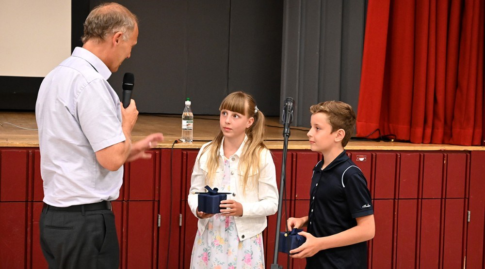 Flora Olivia Rex Nissen og Noah Bückner Schou fik overrakt gaven fra H.M. Dronningen af borgmester Martin Damm. Foto: Jens Nielsen