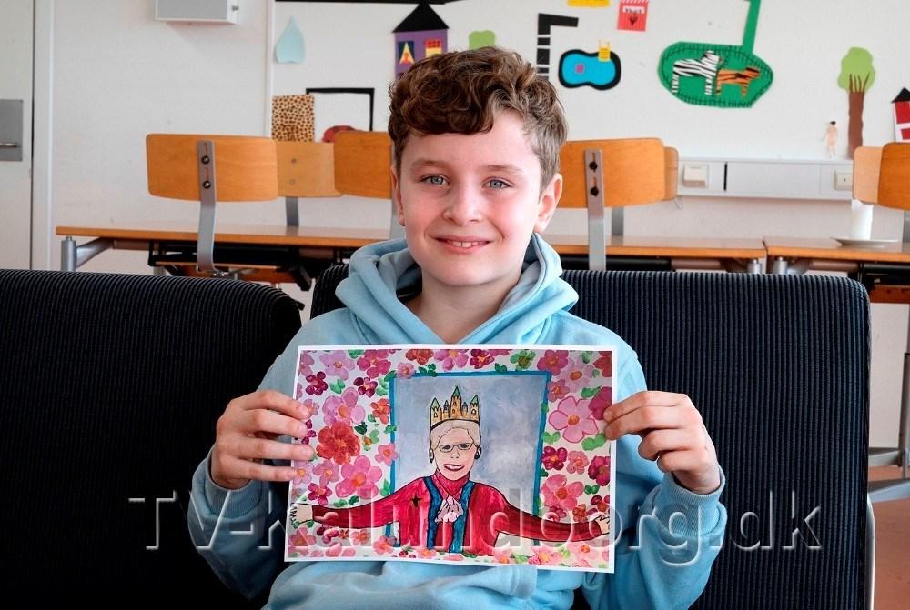 Noah Bückner Schou med sit maleri som var det som blev udvalgt blandt alle kommunens elever. Foto: Jens Nielsen