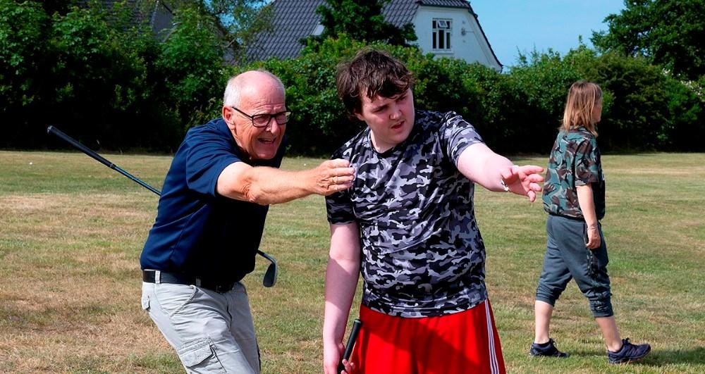 16-årige Tobias her sammen med Hans Peter Sørensen, frivillig i Kalundborg Golfklub. Foto: Jens Nielsen
