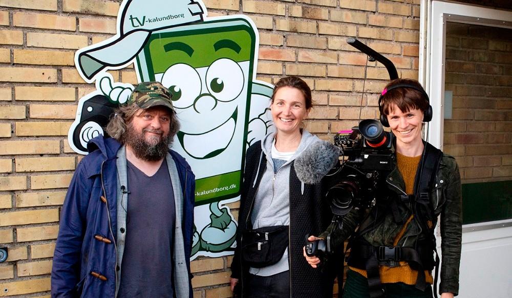 Anders Lund Madsen sammen med Tilde og Charlotte fra Eddy Media, ved TV-Kalundborgs kontor.