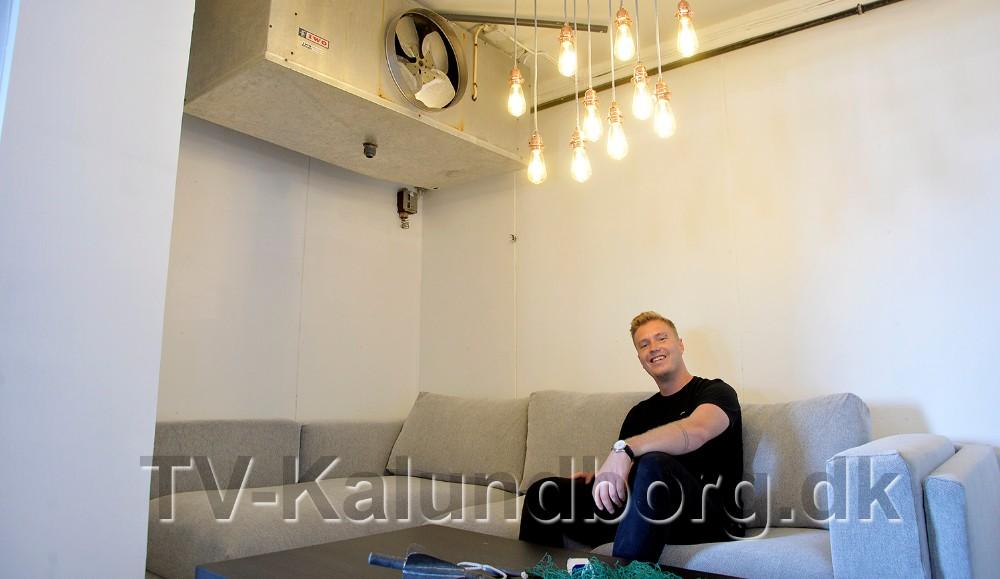 Asger Øgelund i ´kølerummet´, hvor den gamle kølemaskine har fået lov at hænge. Foto: Jens Nielsen