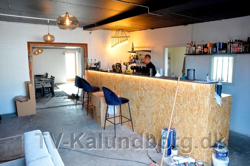 Håndværkerne er i gang med de sidste detaljer, så Asgers Bar kan åbne fredag eftermiddag. Foto: Jens Nielsen