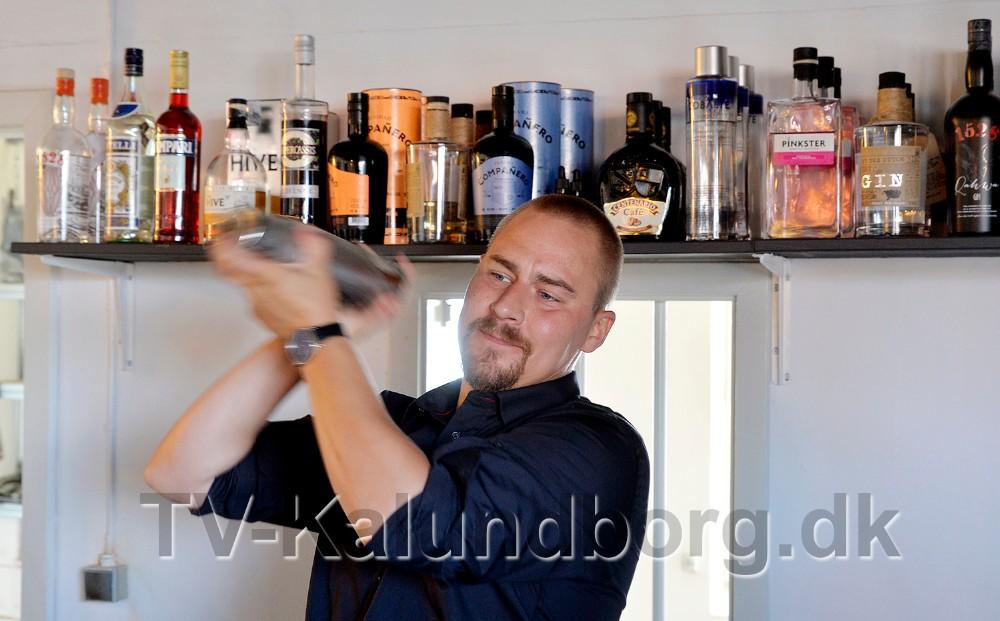 Kim Sørensen, daglig leder af Asgers Bar, i gang med shakeren. Foto: Jens Nielsen