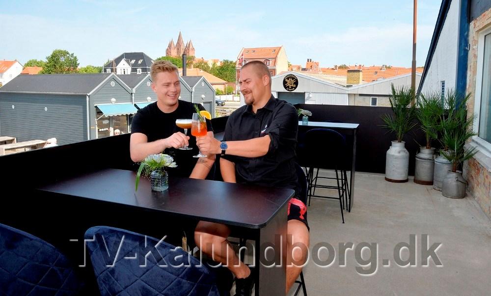 Asger Øgelund og Kim Sørensen prøvesmager et par af de mange cocktails og drinks som er på kortet. Foto: Jens Nielsen