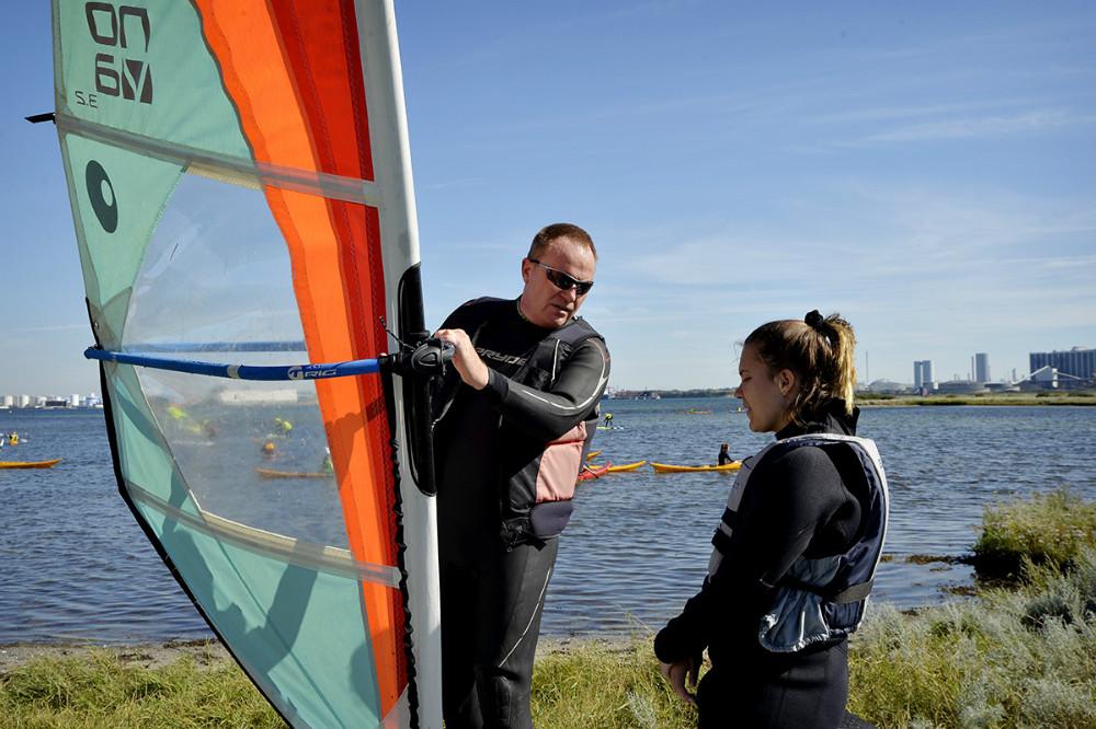 Formand for Kalundborg Sejlklub Michael Eliasen giver gode råd inden eleverne sendes på vandet. Foto: Jens Nielsen