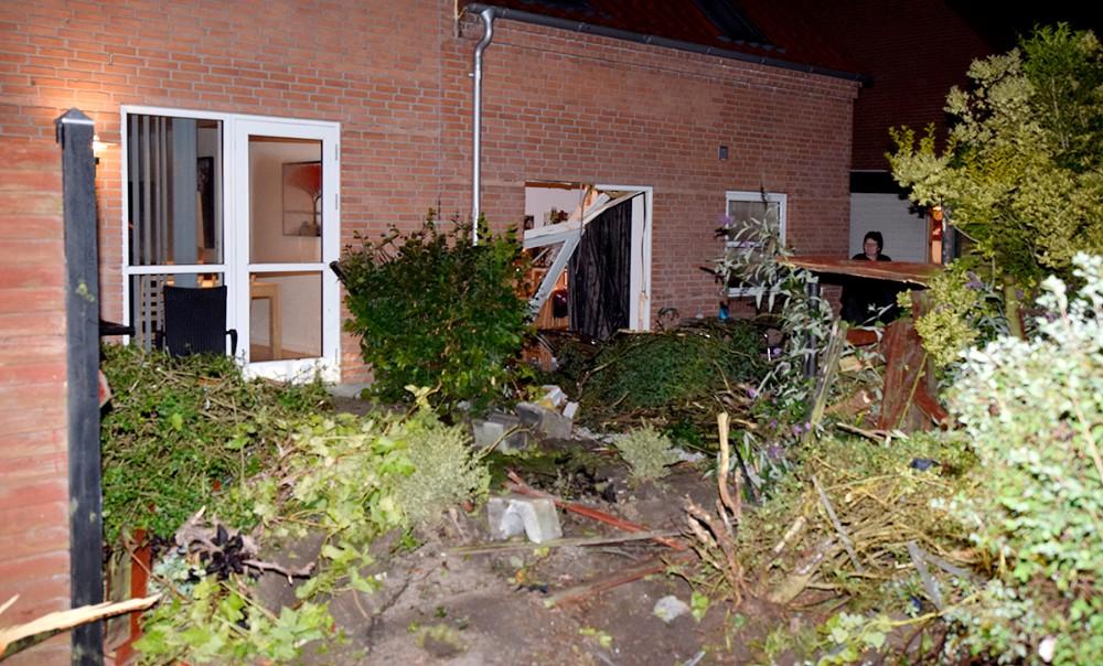 Der skete store skader da en bil kørte ind i et hus på Havemosevej i Ugerløse, natten til søndag. Foto: Jens Nielsen