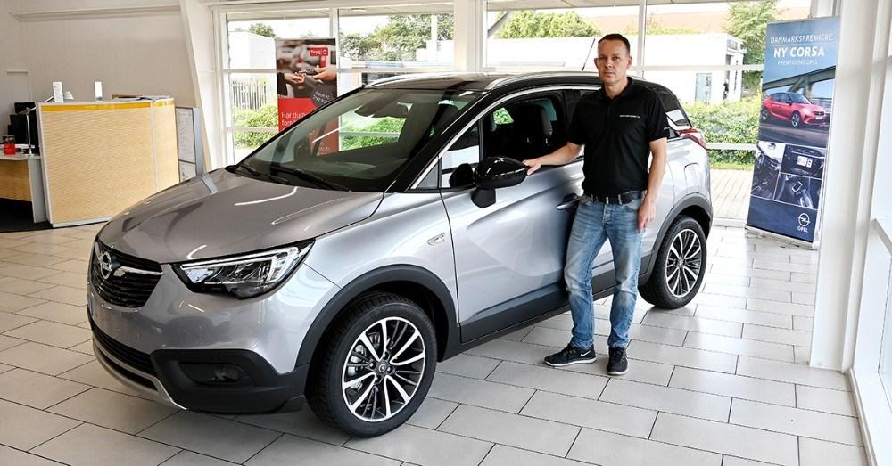 Her viser Michael Larsen den nye Opel Crossland X. Foto: Jens Nielsen