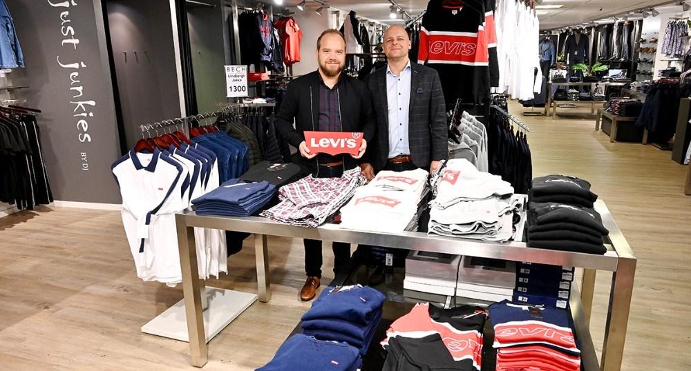 Thomas Nielsen og Lars Czuba glæder jeg til at vise det nye mærke i forretningen Levi´s frem for kunderne. Foto: Jens Nielsen