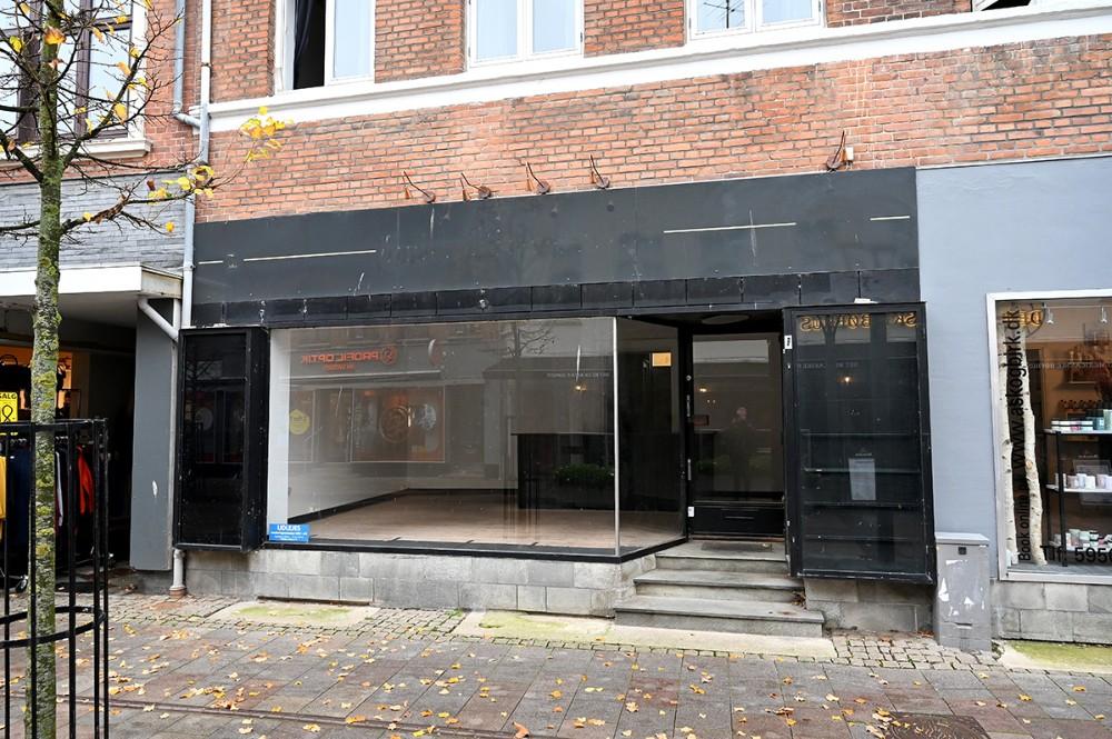 De tomme forretninger kunne få mere liv med flotte plakater i vinduerne. Foto: Jens Nielsen