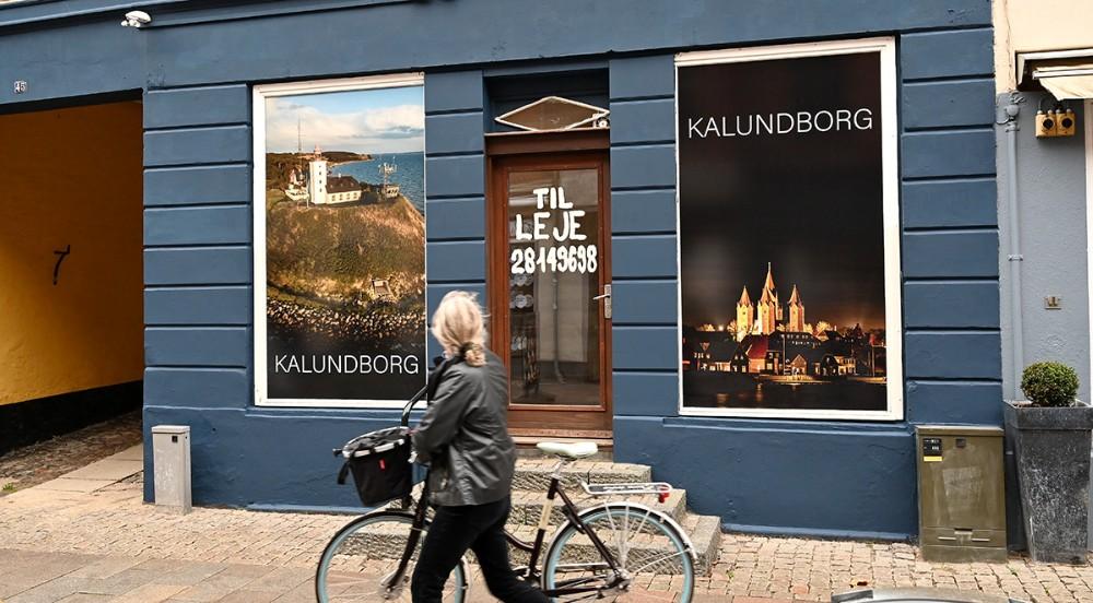 Udlejer Lars Wøhlk har sat plakater op i de tomme vinduer i Kordilgade. Foto: Jens Nielsen.