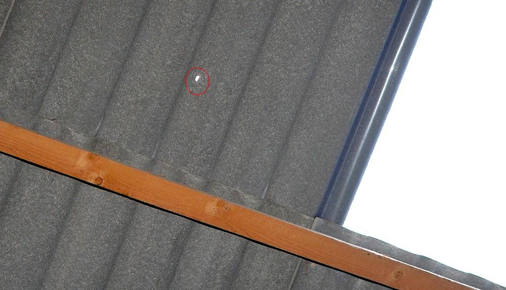 Her er projektilet gået ind gennem taget. Foto: Jens Nielsen