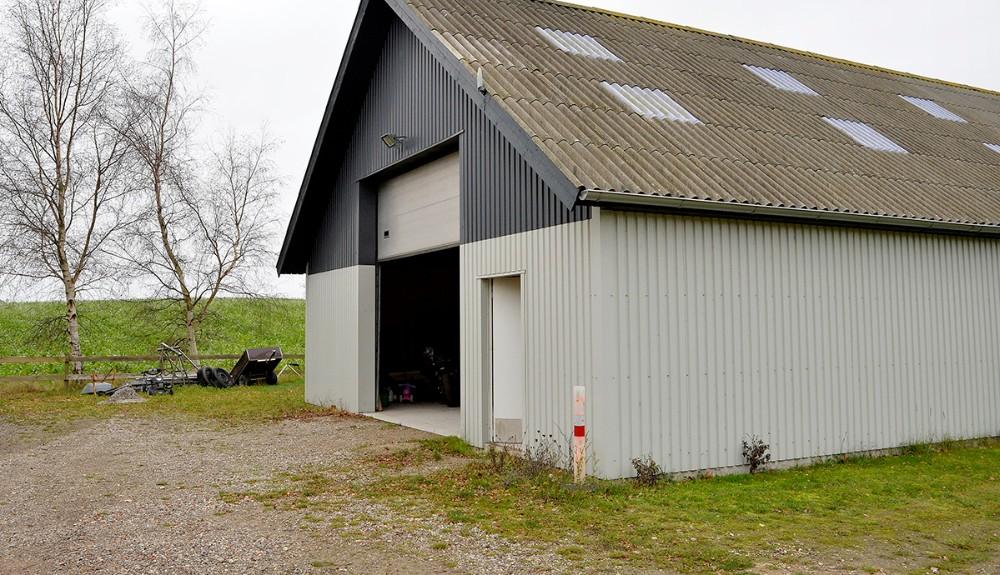 Fra markerne bag Ludvig Wejlemands værkstedsbygning er der blevet skudt. Foto: Jens Nielsen