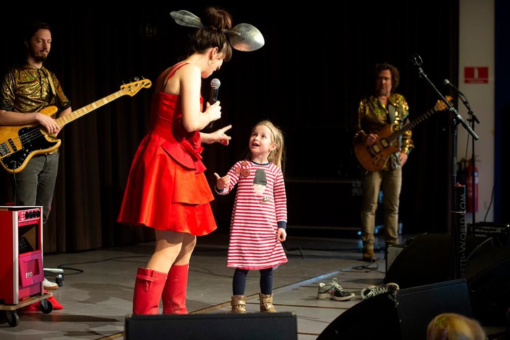 Filipa kom med på scenen sammen med Rosa. Foto: Jens Nielsen