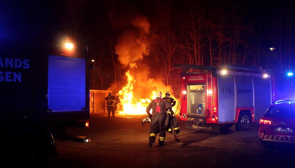 Søndag aften gik en personbil op i flammer ved Ulshøjskolen. Foto: Frederik Jørgensen