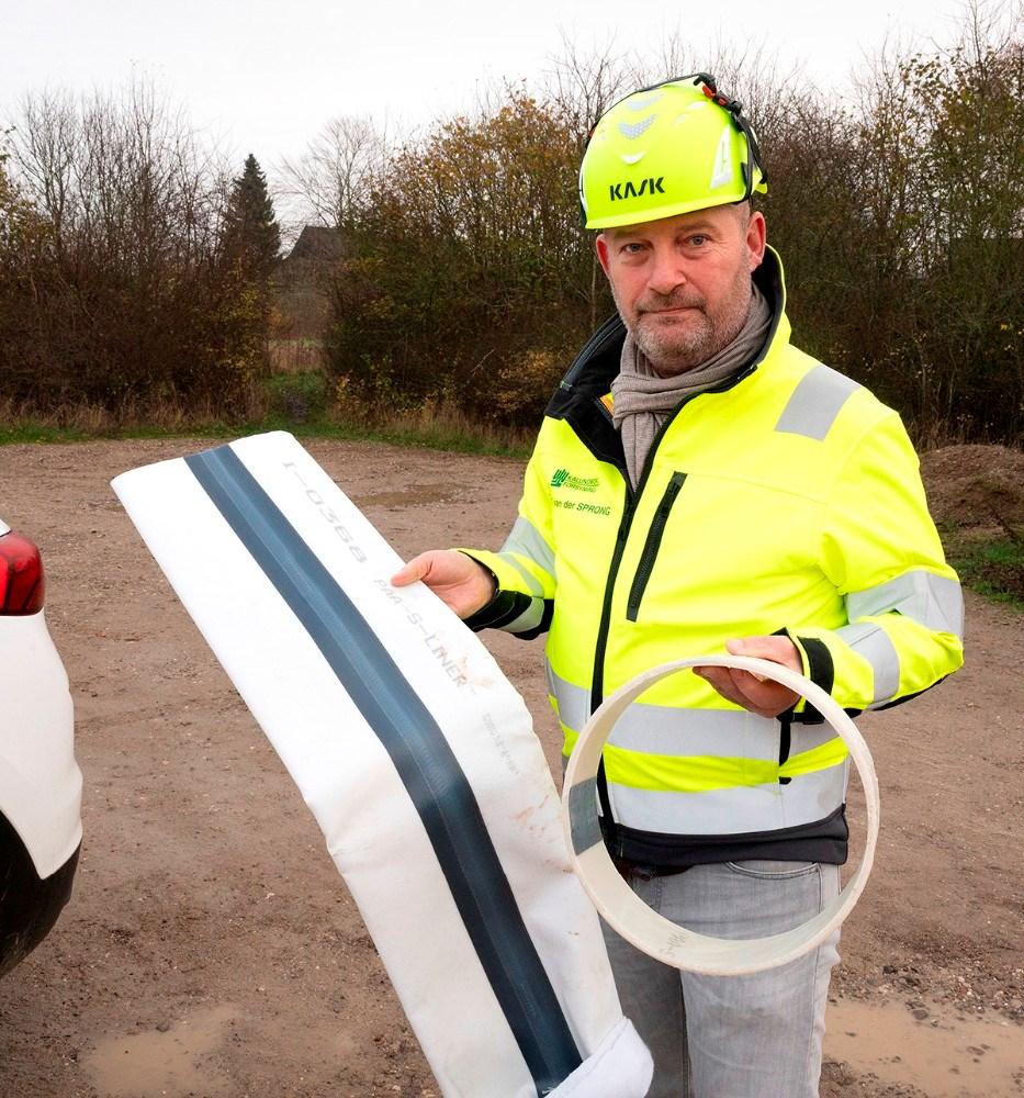 Projektlederen ved Kalundborg Forsyning, Bart Van der Sprong, med en stykke af strømpeforingen inden den trækkes i røret, og en prøve på hvordan det ser ud når strømpen er hærdet op. Foto: Jens Nielsen