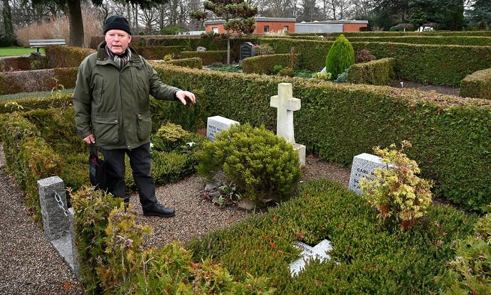 Peter Hermann ved mindestenen for Jørgen Manniche. Foto: Jens Nielsen
