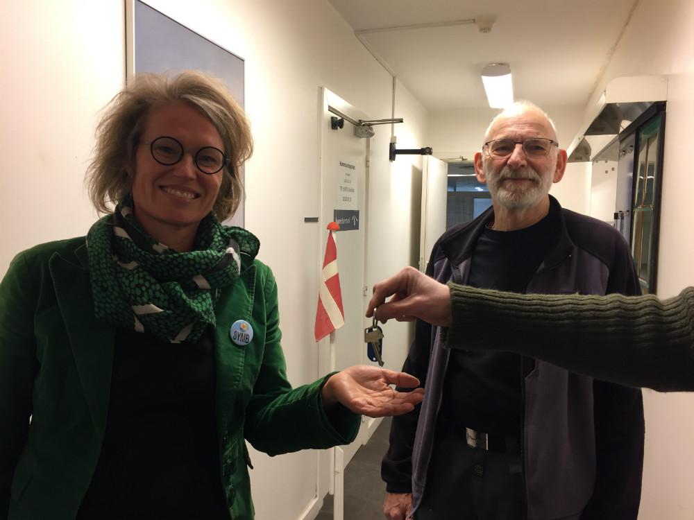 Louise Kolbjørn får nøglerne til de nye lokaler på Kalundborg Station i hånden.
