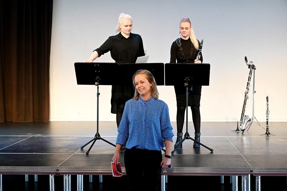 Heidi Holme Bjerborg, leder afMusisk Skole i Kalundborg, bød velkommen til publikum og til duoen Ventus. Foto: Jens Nielsen