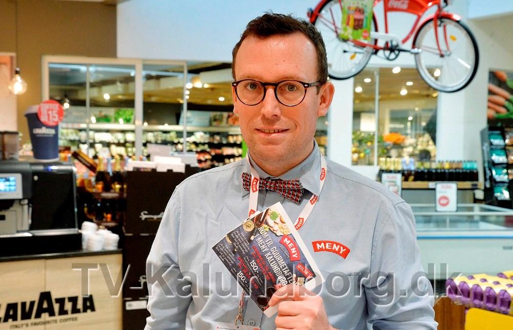 Michael Rasmussen, Meny Kalundborg, er klar med to billetter til en spændende gourmetaften. Foto: Jens Nielsen