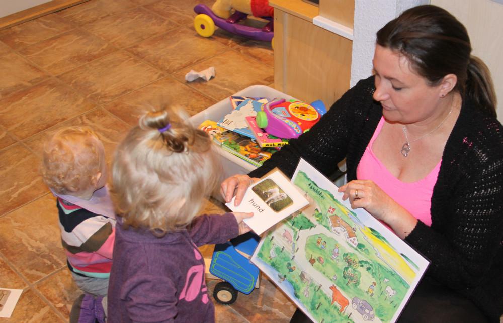 Dagplejemor Karina Andersen er i gang med at øve dyrenavne med børnene. Foto: Gitte Korsgaard.