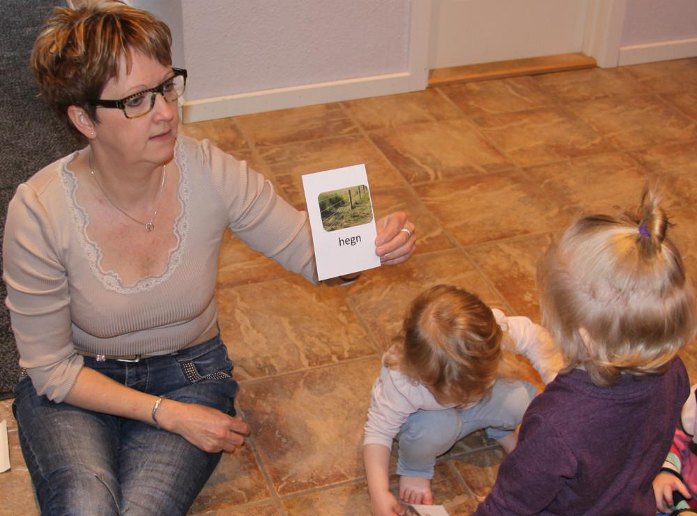 Lise bendixen, teamleder ved Dagplejen ved Fjorden  Kalundborg Kommune er også i gang med de mange kort. Foto: Gitte Korsgaard.
