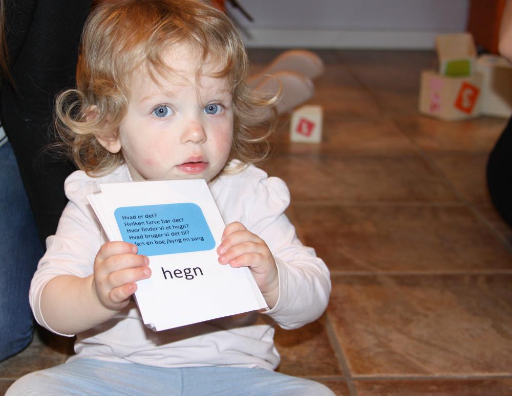 Emmelie er i gang med kortene. Foto: Gitte Korsgaard