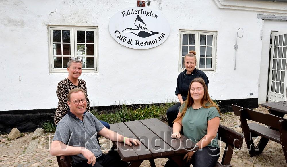 Tina Thrysøe og Tom Christensen til venstre, og Karoline og Mathilde Thrysøe til højre i billedet, foran Café Edderfuglen. Foto: Jens Nielsen