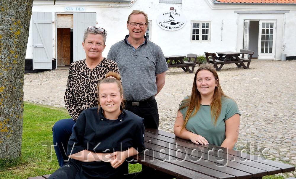 Sidende,Karoline og MathildeThrysøe, sammen med Tina Thrysøe og Tom Christensen. Foto: Jens Nielsen
