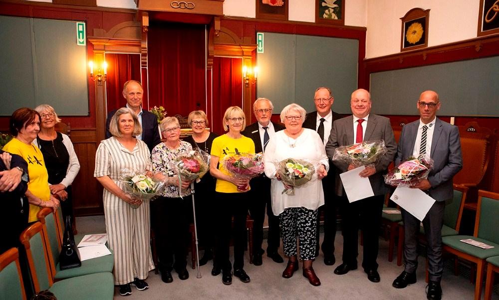 Repræsentanter fra de seks foreninger sammen med borgmester Martin Damm og repræsentanter fra de tre Odd Fellow loger. Foto: Jens Nielsen