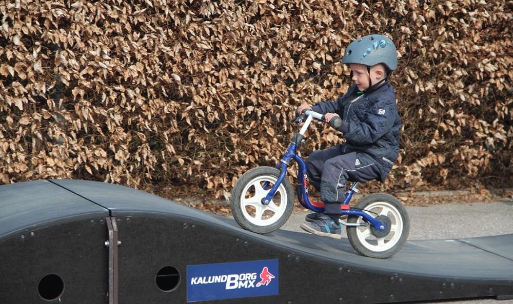 Kalundborg BMX Klub satte onsdag en minibane op, som alle børnene i Børnehaven Mariehønen kunne prøve. Privatfoto.