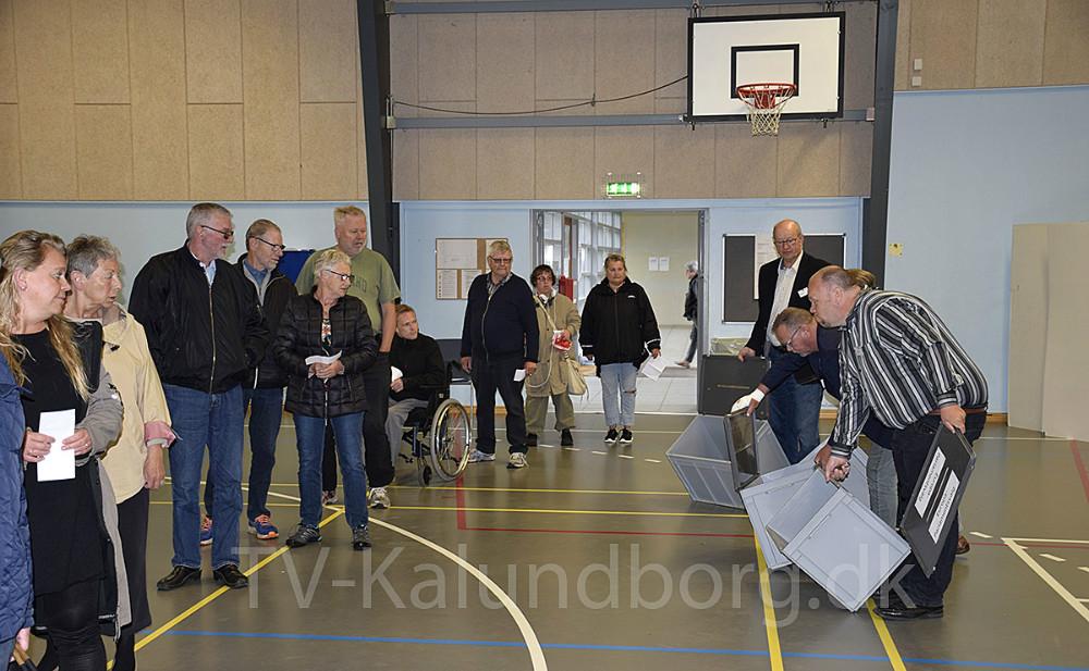 De tomme valgurner bliver vist til de første, der står i kø for at stemme. Foto: Gitte Korsgaard.