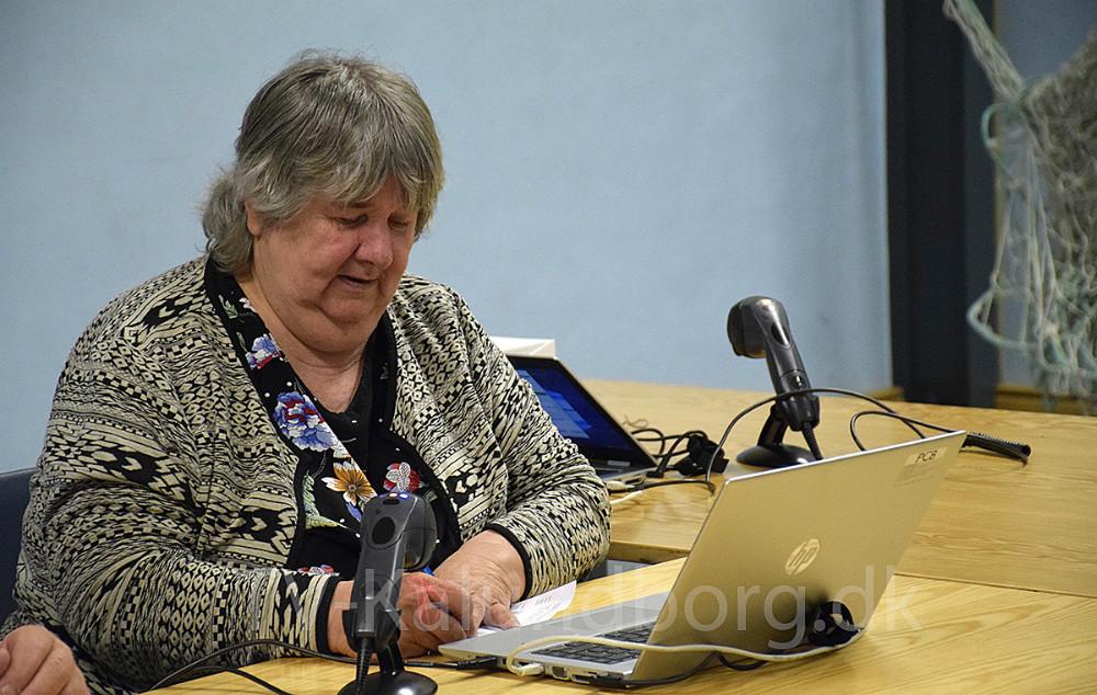 Der bliver udleveret stemmekort. Foto: Gitte Korsgaard.