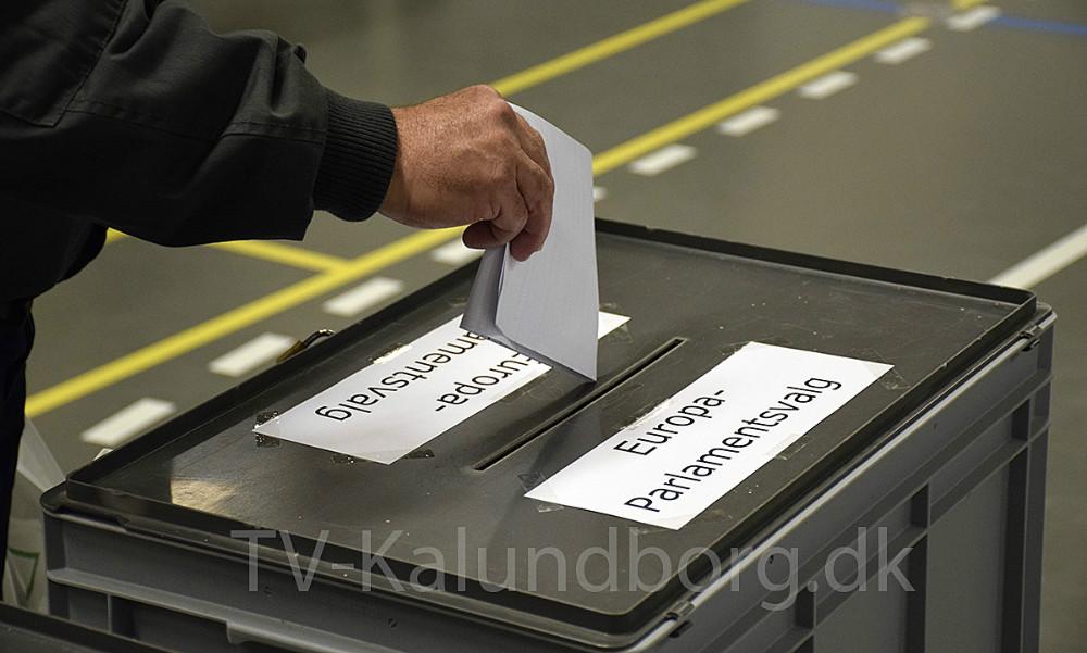 De første stemmer bliver lagt i valgurnerne. Foto: Gitte Korsgaard.