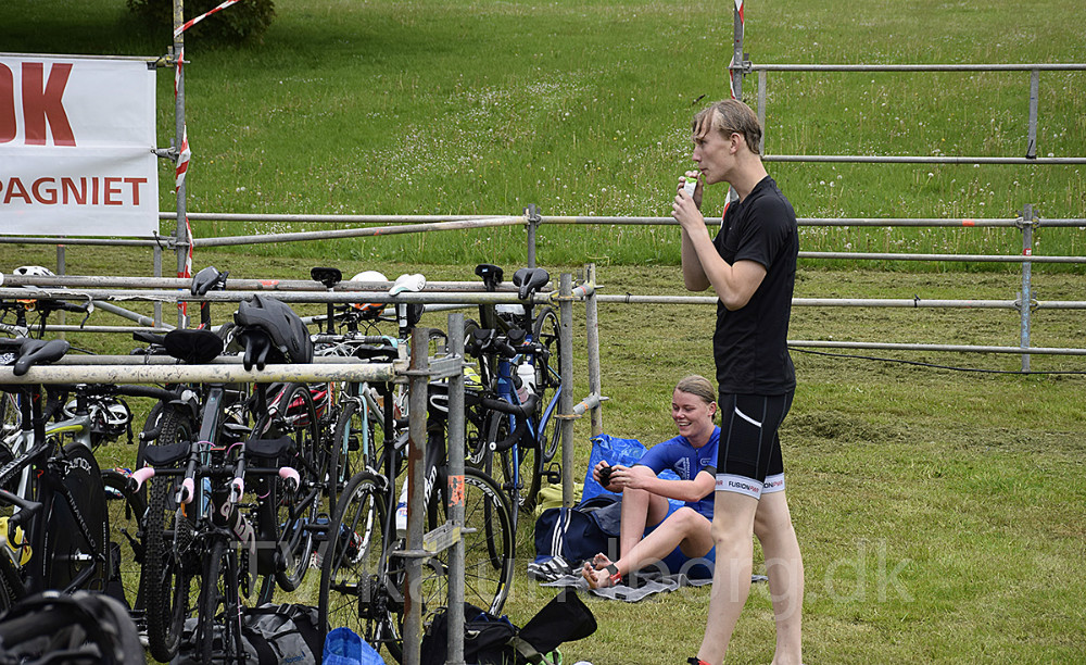 Svømning er overstået, og forude venter 18 km cykling. Foto. Gitte Korsgaard.