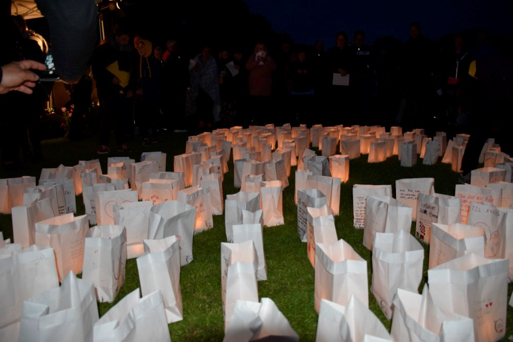 Lysceremoni i Munkesøen i går aftes til Stafet For Livet. Foto: Gitte Korsgaard.