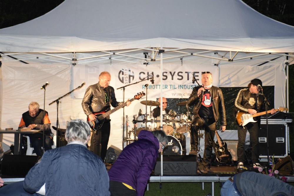 Det lokale rockband ´Last to Know´ spillede i halvanden time lørdag aften i forbindelse med Stafet For Livet i Munkesøen. Foto: Gitte Korsgaard.