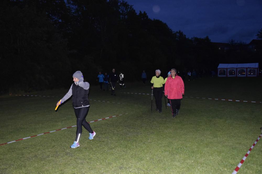 Der skal hele tiden være en fra holdet repræsenteret på banen i de 24 timer, som Stafet Fr Livet foregår, således også om natte. Foto: Gitte Korsgaard.
