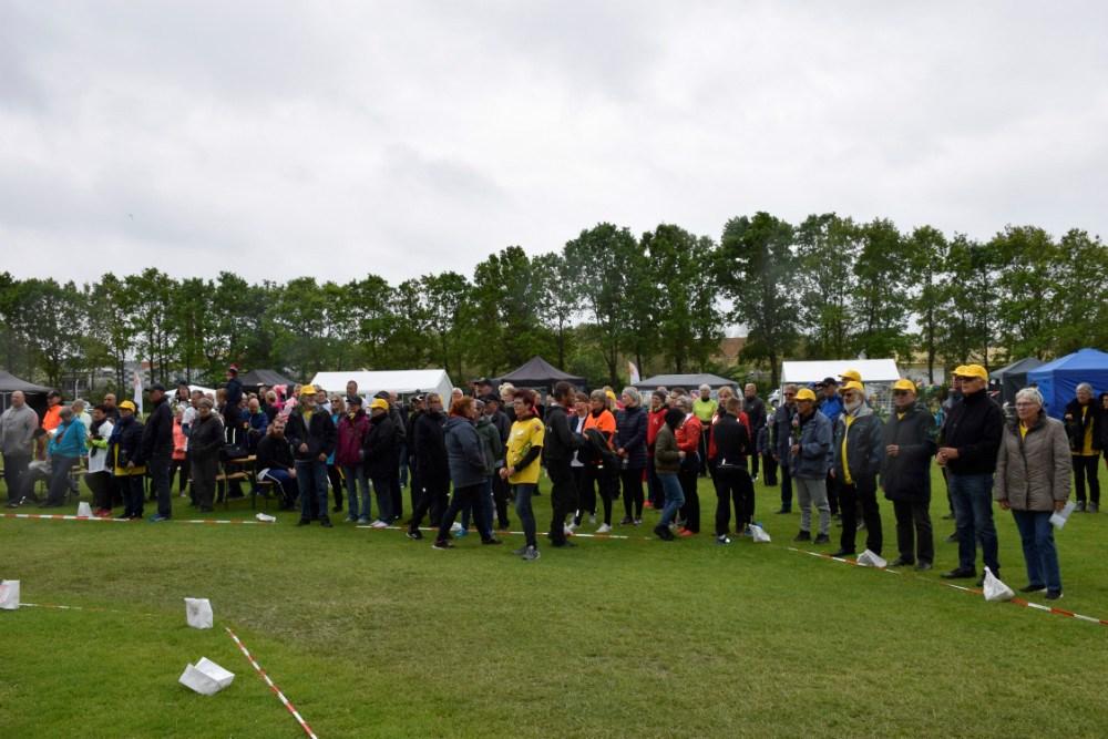 Folk samles, inden Stafet For Livet afsluttes for i år. Foto: Gitte Korsgaard.
