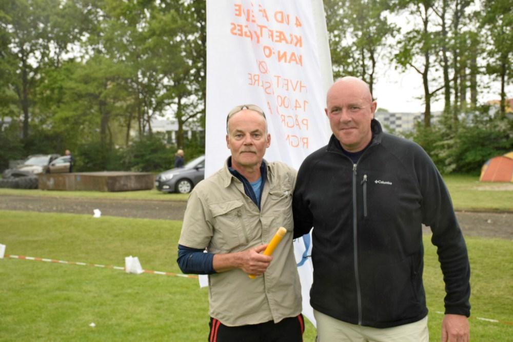 Thomas Thisted (tv) og Kim Lund Jørgensen har begge gået stort set hele døgnet, og nåede da også 100 km begge to. Foto. Gitte Korsgaard.