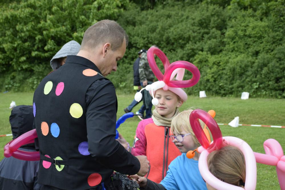 Der blev lavet ballondyr til børnene. Foto: Gitte Korsgaard.