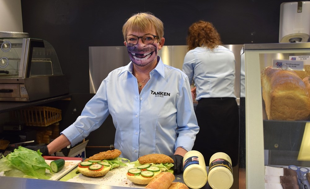 Susanne Top Petersen er i gang med at lave sandwich. Foto: Gitte Korsgaard.