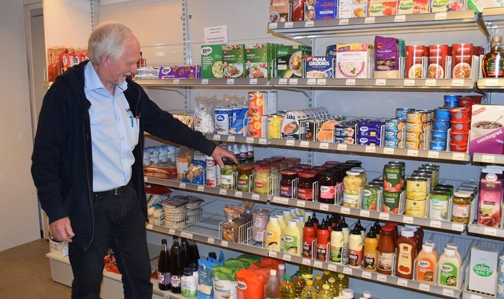 Jan Møller Petersen åbnede butikken ved OKtanken på Bjerge Landevej for et års tid siden. Foto:Gitte Korsgaard.