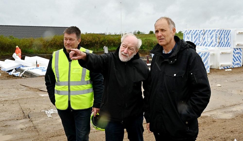Borgmester Martin Damm og formand for KAB, Richard Poulsen, blev vist rundt på byggepladsen af Anders Lund, projektleder fraBM Byggeindustri. Foto: Jens Nielsen