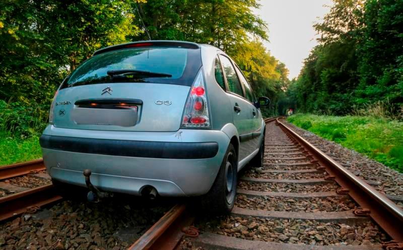 Bilen kilede sig fast til skinnerne da en mand prøvede at flygte fra politiet. Foto: Michael Johannessen