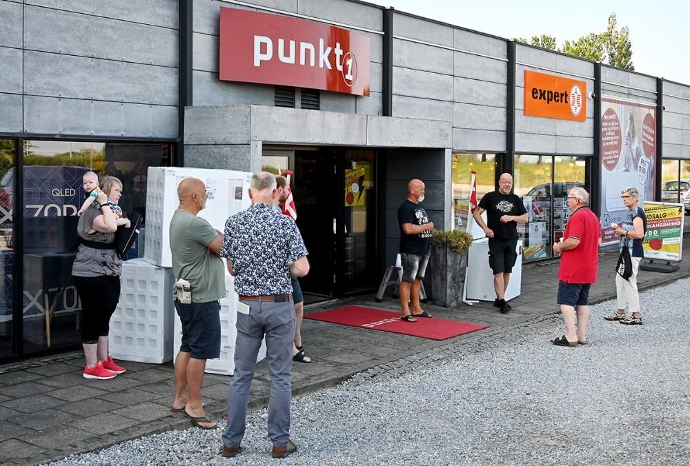 Flere kunder var mødt op før kl. 8 for at få del i de gode åbningstilbud. Foto: Jens Nielsen