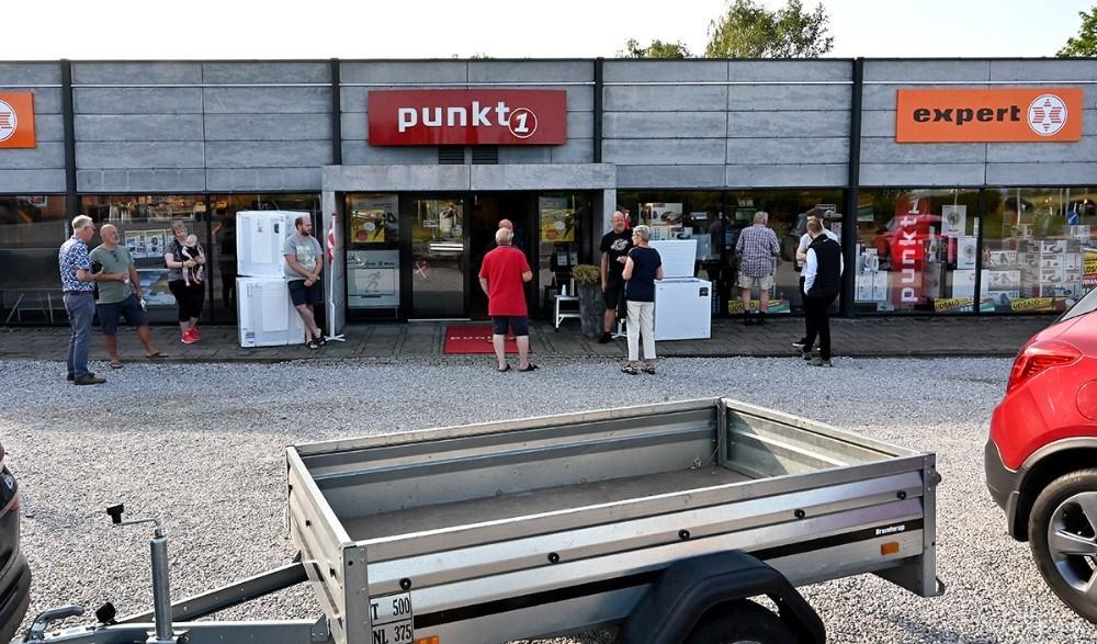 Flere havde taget traileren med til at køre de gode tilbud hjem på. Foto: Jens Nielsen