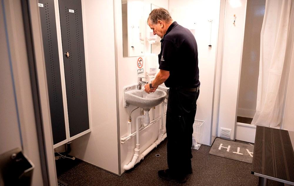 Jan Malev i den rene del af sanitetstraileren. Foto: Jens Nielsen