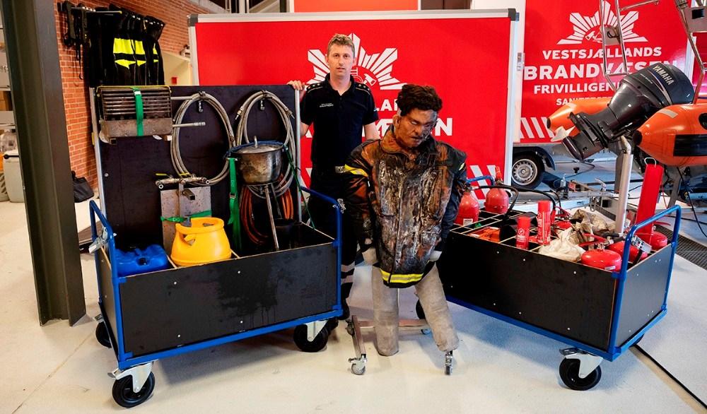 Morten Hansen med det udstyr som er i den nye øvelsestrailer. Foto: Jens Nielsen